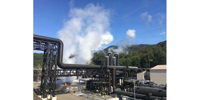 山葵沢地熱発電所の生産基地。真ん中に2つ並んで見えるのが気水分離器、手前右側にあるのが減圧気化器